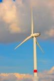 Eolian Turbine in den Wolken Lizenzfreie Stockfotos