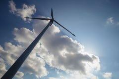 Eolian Turbine im Himmel Stockbild