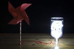 Eolic energia - pinwheel z światłem w butelce Obrazy Royalty Free