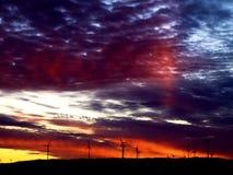 Eolic står högt konturn i en mångfärgad soluppgånghimmel Royaltyfri Fotografi