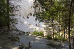 Eople badning i Bagni San Filippo naturlig thermaltips i Tuscany, Italien royaltyfria bilder