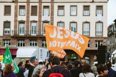 eople con las banderas de Jesús en el marzo para Jesús el interde anual Fotografía de archivo libre de regalías