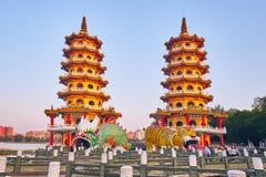 Eople komt om in de Draak en Tiger Pagodas van Cih Ji op lotusbloemvijver in zonsondergangtijd te verdienen royalty-vrije stock fotografie