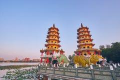 Eople komt om in de Draak en Tiger Pagodas van Cih Ji op lotusbloemvijver in zonsondergangtijd te verdienen stock afbeelding