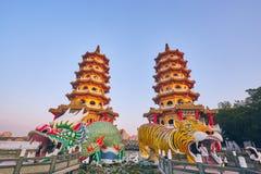 Eople komt om in de Draak en Tiger Pagodas van Cih Ji op lotusbloemvijver in zonsondergangtijd te verdienen stock afbeeldingen