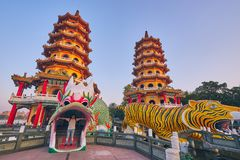 Eople komt om in de Draak en Tiger Pagodas van Cih Ji op lotusbloemvijver in zonsondergangtijd te verdienen stock foto