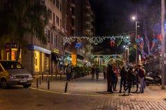Eople que anda em ruas islluminated da noite dos chritmas de Santa Cruz de Tenerife, Espanha Fotografia de Stock Royalty Free