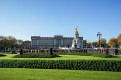 Eople sind am Buckingham Palace für Königsfamilien Willkommen und das Schutzändern stockfoto