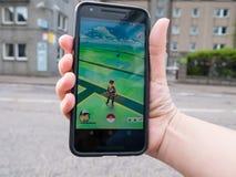 Eople som spelar Pokemon, GÅR slaget ökade smarta telefonen app för verklighet Arkivbild