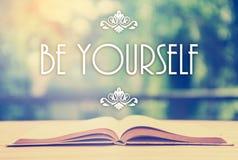 Epígrafe sobre o livro aberto com ornamento elegante - seja yoursel fotografia de stock