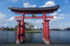 Epcot - världen ställer ut lagun med rymdskeppjord i bakgrunden Royaltyfri Fotografi