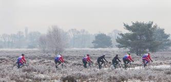 EPE NEDERLÄNDERNA - MARS 5, 2016: Cyklister under vinterskie Fotografering för Bildbyråer