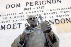 EPERNAY FRANCJA, Maj, - 16, 2018: Zamyka up statua Dom Perignon fotografia stock