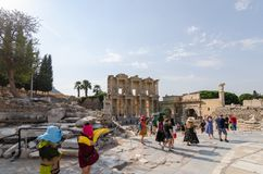 EPHESUS, ТУРЦИЯ - 19-ОЕ АВГУСТА 2018: Туристы посещают Ephesus Библиотека Celsus в древнем городе Ephesus, Турции стоковое фото