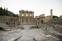 Ephesus. Biblioteca de Celsus, puerta Mazeusa y Mithr Foto de archivo libre de regalías