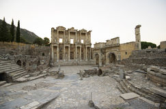 Ephesus. Biblioteca di Celso, portone Mazeusa e Mithr Fotografia Stock Libera da Diritti