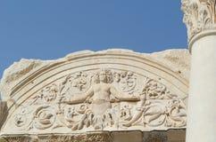 EPHESUS, DIE TÜRKEI: Marmorentlastungen in Ephesus historischem altem Ci stockfoto