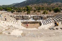 EPHESUS EFES IZMIR, TURKEY-AUGUST 19,2018: Turister är undersöker Arkivfoto