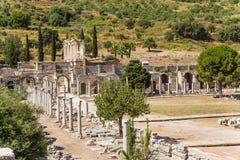Ephesus Turkiet Arkeologisk plats: fördärvar av marknadsplatsen och arkivet av Celsus Royaltyfria Foton