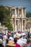 EPHESUS, TURKIJE - 01 AUGUSTUS: bezoekers in Curetes-straat op 0 Augustus Royalty-vrije Stock Foto's