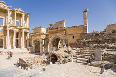Ephesus, Turkije Bibliotheek van Celsus, 114 - 135 jaar ADVERTENTIE en poort van Augustus, IV eeuwadvertentie stock fotografie