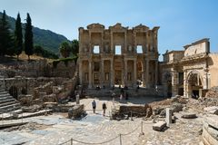 EPHESUS, TURQUÍA - 16 DE AGOSTO DE 2017: Biblioteca de Celsus en la ciudad antigua de Ephesus, Selcuk, Turquía Foto de archivo