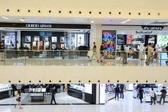 epicentrum krzyżujących piętro ruchome schody do wewnętrznych dźwigów ludzi robi zakupy trochę Zdjęcia Stock