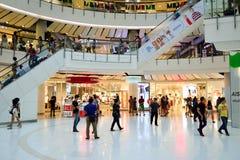 epicentrum krzyżujących piętro ruchome schody do wewnętrznych dźwigów ludzi robi zakupy trochę Zdjęcie Stock