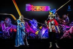 EPICENTRUM MOSKWA Dota 2 cybersport wydarzenie może 13 Cosplay gemowi bohaterzy krystaliczna dziewczyna i ciężarówka przy wydarze zdjęcie royalty free