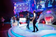 EPICENTRUM MOSKWA Dota 2 cybersport wydarzenie może 13 Drużynowi złożoności i drużyny virtus pro kapitany trząść ręki obrazy royalty free