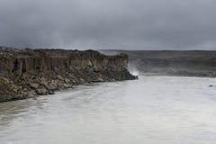 Epicka bazaltowa kolumny faleza blisko nieżywej rzeki na clou i zmroku Zdjęcie Stock