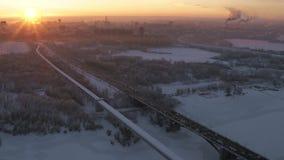Epicki Czerwony zmierzch przemysłowy śnieg zakrywał dużego miasto Powietrzny pejzażu miejskiego trutnia widok zbiory wideo