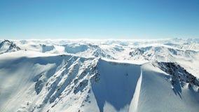 Epicki widok nakrywać góry błękitny góra osiąga szczyt niebo zdjęcie stock