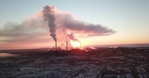 Epicki zmierzch na tle dymienie fabryka Czerwony słońce z jaskrawymi promieniami iść poza fajczany smog i fabryki zbiory wideo