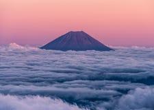 Epicki zmierzch nad wulkanem Mt Fuji wydźwignięcie nad ocean chmury Widzieć od szczytu Mt Kita obraz royalty free