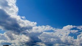 Epickie dramatyczne burzowe dżdżyste chmury rusza się w kierunku widza od dennego timelapse zbiory wideo