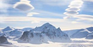 Epickiego widoku z lotu ptaka Halny szczyt w śniegu, Antarctica zbiory