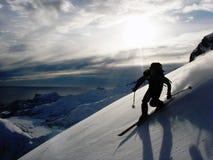 EpicNature snö, skidåkning, telemark, lodlinje, vinter, Lofoten, flöde, fantastiskt som förbluffar, pulver, fjord, berg, hav, Nor royaltyfri bild