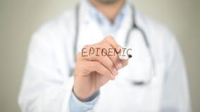 Epidemia, scrittura di medico sullo schermo trasparente Fotografia Stock Libera da Diritti