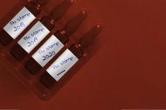 Epidemisches Konzept der Grippe Vier Ampules mit ?berlagerter Hand schriftlicher Aufschrift des neuen Grippestempels und -jahre P stockbilder