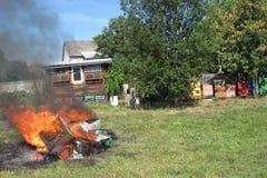在种田的蜂的Epidemy -毁坏的蜂箱 免版税库存图片