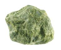 Epidoto isolato su fondo bianco Minerale di alluminio del sorosilicate del ferro del calcio Fotografie Stock