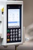 Epidurale Maschine, die aktiven Messwert auf Bildschirm zeigt Stockbild