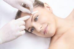 Epilation indesiderato della cera dei capelli Giovane donna 15 procedura di trattamento del salone di cosmetologia Inceratura dom immagini stock