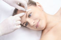 Epilation non désiré de cire de cheveux Jeune femme 15 procédure de traitement de salon de cosmétologie Cirage à la maison images stock
