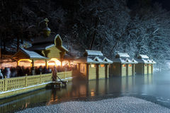 Epiphany - μια από τις σημαντικότερες διακοπές της Ορθόδοξης Εκκλησίας Πηγή ιερού νερού σε Diveevo Οι άνθρωποι συλλέγουν το ιερό  Στοκ εικόνες με δικαίωμα ελεύθερης χρήσης