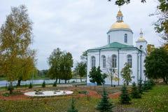 Epiphanykyrkan i Polotsk, Republiken Vitryssland med härliga vita väggar och guld- kupoler och kors mot bakgrunden Royaltyfri Foto