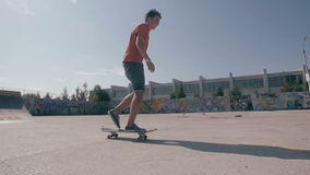 Episch Silhouet die van schaatser op skateboard berijden Zonsonderganghemel op een achtergrond Langzame motie, steadicam spruit stock footage