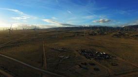 Epische die antenne van gebied met windmolens wordt geschoten die elektriciteit produceren stock videobeelden