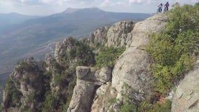 Epische luchtmening van bergfietsers die zich op berg bevinden Bewolkte hemel, de herfstseizoen crimea stock video